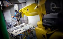 Deltour heeft meerdere robots opgenomen in het productieproces. Wij produceren dus ook 's nachts om uw producten snel en kostenefficiënt te kunnen maken.