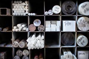 Deltour heeft standaard een ruime voorraad van ruwe materialen waaronder ook veel kunsstoffen, van PEEK tot PolyAmide.