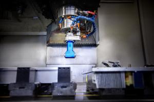 Deltour heeft meerdere machines uitgerust met haakse koppen. Hierdoor kunnen wij profielen tot 1350 mm op een effectieve manier voorzien van (tap) gaten in in de kopse kanten.