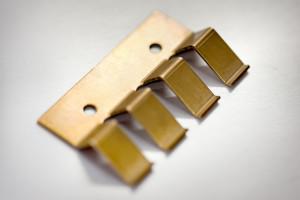 Voor een eenvoudige en snelle bevestiging van componenten rusten wij koellichamen en bevestigingsstrips regelmatig uit met tapgaten waarop clips bevestigd kunnen worden.